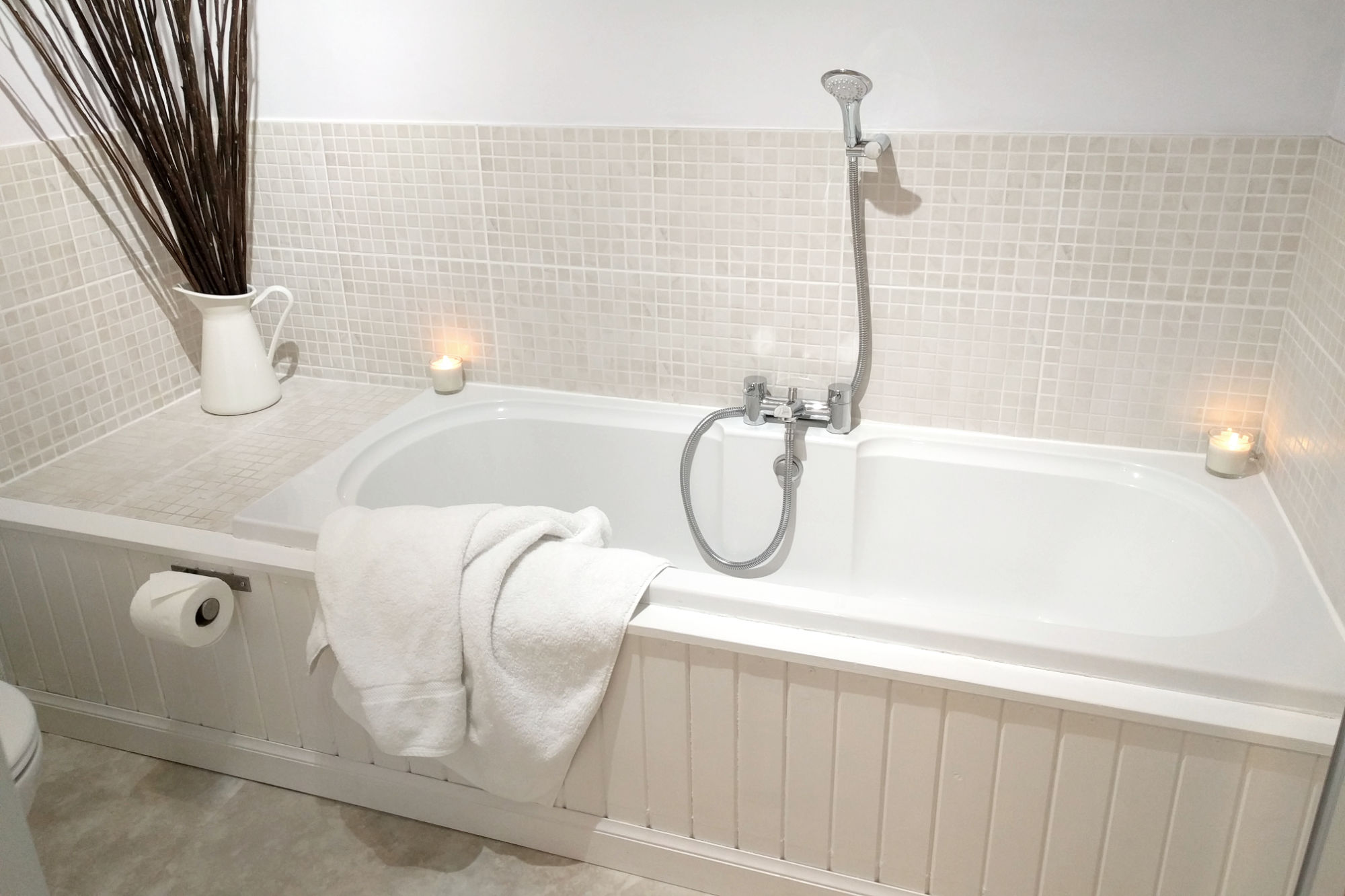 Main bathroom bath tub.